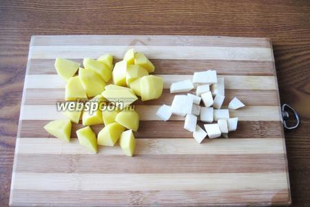 Картофель и корень сельдерея также режем.