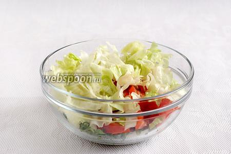 Все нарезанные овощи и зелень сложить в салатник.
