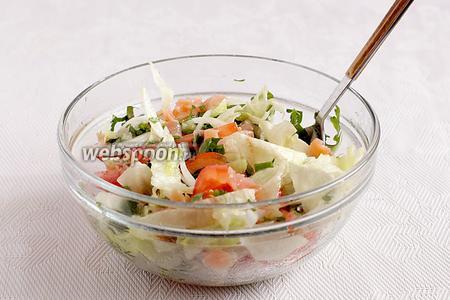 Полить салат заправкой, перемешать и, если надо, то ещё довести до вкуса, добавив кислинки или сладости.