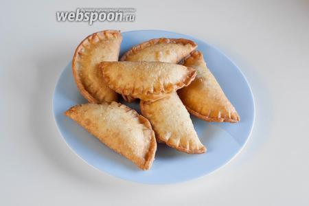 Пирожки фритируются в кипящем масле с 2 сторон, в общей сложности 5 минут. Пирожок должен получаться золотистым, а шов — коричневатым. Соответственно, у готового изделия наполненная начинкой часть — мягкая, а шов — хрустящий. Употреблять эти пирожки лучше горячими, но и в холодном виде они тоже ничего. Позволяют также повторный подогрев.