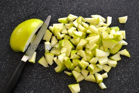 Яблоко нарезать маленькими кубиками. Можно не очищать от кожуры.