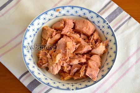 Тунца достать из банки, слить масло и размять в тарелке вилкой.