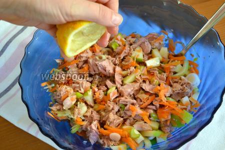 Добавить тунца к нарезанным овощам и сбрызнуть сверху соком лимона (или 1/2 лимона, по вкусу). Посолить и поперчить.