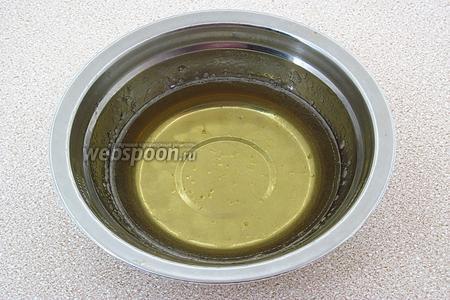 Разбухший желатин распустить на водяной бане и остудить до комнатной температуры.