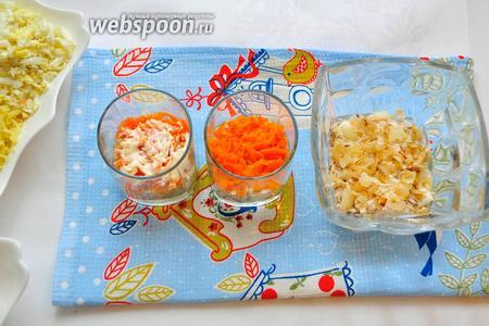 Затем идут жареный лук, морковь и снова чуть майонеза...