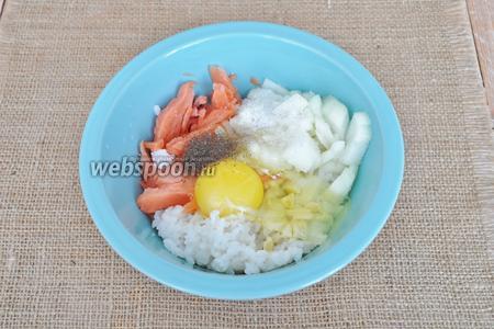 Яйцо разбить в миску, добавить соль и перец по вкусу.