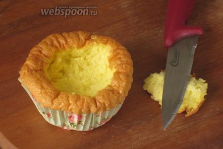 Отложить 4 капкейка, а у оставшихся острым ножом вырезать серединки.