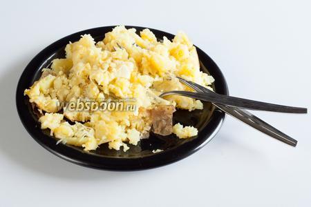 Ну, и когда картошка уже более-менее размята, добавляется масло и тёртый сыр, и производится полное перемешивание. Вот на эту-то мешанину каждый плюхает ложечку или несколько салата, смешивает с частью картошки — и кушает в своё удовольствие. Только фотографировать этот этап сервировки на финалку я уж вам не буду, чтобы не получить упрёков в фуд-фото-авангардизме. ;)