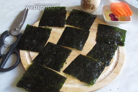 Нарезкой листов можно заняться после нанесения масла и соли, либо после духовки, что мне больше подошло. Нарезаем кухонными ножницами на произвольные кусочки.