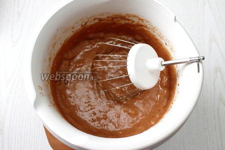 Влить кипяток, быстро перемешать и добавить измельчённый обжаренный фундук.