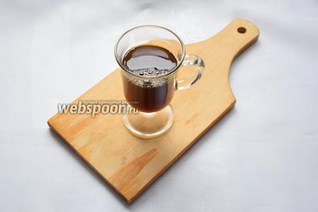 Наливаем в стакан кофе, приготовленный по вашему любимому рецепту и привычным вам способом. Это может быть эспрессо (покрепче), либо американо (больше по объёму, соответственно не такой крепкий).