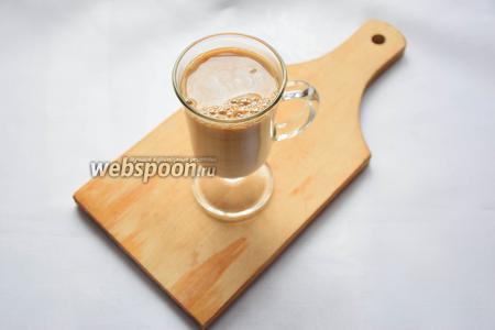 Добавляем в кофе сливки. Чтобы не дожидаться, когда кофе чуть остынет, советую хорошенько охладить сливки. На этом или предыдущем шаге добавьте сахар, если используете.