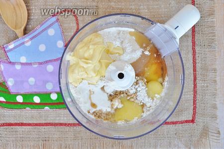 Вольём сироп, добавим мягкое сливочное масло и яйца.  Закроем крышку и включим миксер. Через 1,5 минуты тесто будет готово.