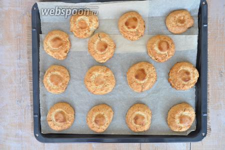 Готовое печенье выглядит румяным.