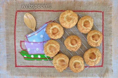 Переложить печенье на решётку и дать ему остыть.