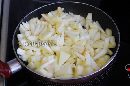 Яблоки слегка поджарить на масле.