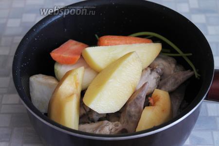 Добавить овощи и стебли петрушки.