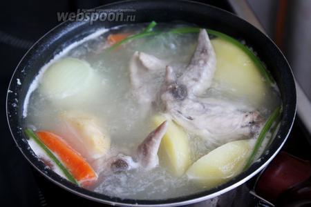 Варить при небольшом кипении до мягкости овощей.