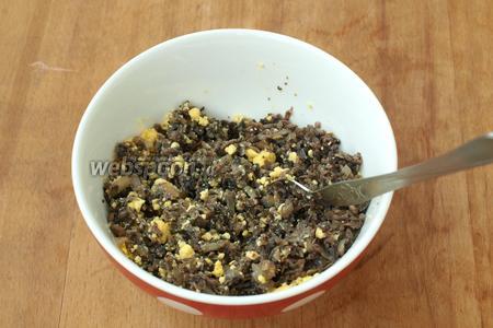 Смешать обжаренные грибы и лук с желтками до однородной массы, добавить по вкусу соль, по желанию перец.