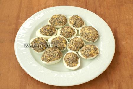 Наполнить половинки яиц грибной начинкой. Украсить можно свежим укропом и каплей майонеза. Приятного аппетита!