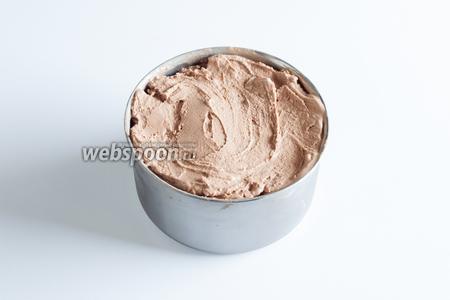 Мягкое мороженое можно переложить для дальнейшего хранения в морозилку, там оно станет более плотным.