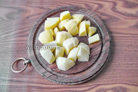 Картофель (2 штуки или 150-200 г) чистим, моем и нарезаем кубиками.