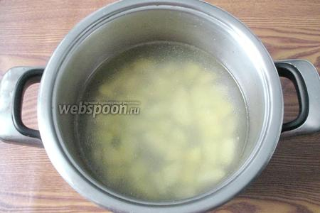 В кастрюлю с куриным бульоном (1,7 литра) кладём нарезанный картофель и начинаем варить суп.