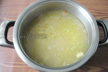 Когда картофель, лук и морковь будут практически готовы, кладём в суп консервированную фасоль. Солим и перчим по вкусу. Варим ещё 5-7 минут и выключаем.