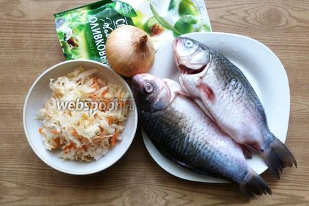 Подготовим ингредиенты для блюда: петрушка свежая, майонез, лук репчатый, карась, капуста квашеная.