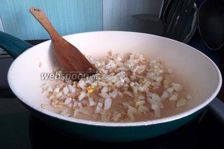 Для начинки обжарим луковицу.