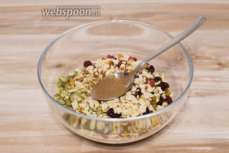 В миске смешайте все сухие ингредиенты, добавьте по вкусу корицу, ваниль, мускатный орех.