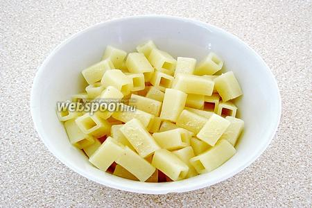 Предварительно отварить макароны до готовности, слить жидкость и нарезать небольшими кусочками.