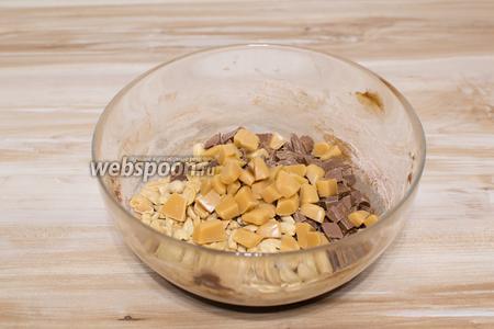 Затем крупно порубите ножом шоколад, арахис, мягкие ириски и отправьте их в тесто.