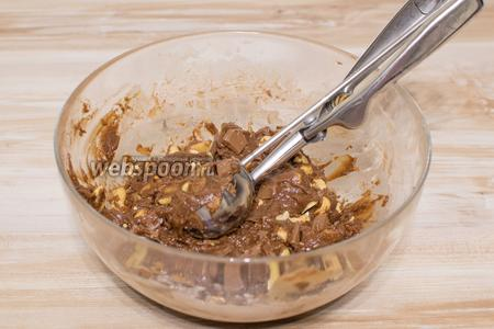 Тщательно перемешайте. Тесто готово. Для формирования печенья очень удобно воспользоваться ложкой для мороженого. Если такой нет, то можно просто руками сформировать шарики.