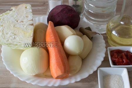 Для приготовления борща возьмите 2 литра мясного бульона, 1/4 среднего кочана капусты, картофель, морковь, репчатый лук, 1 большую свёклу или несколько маленьких, лавровый лист, соль, перец, томатную пасту, сахар, уксус, растительное масло.