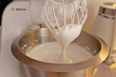 Не переставая взбивать белки, вливаем тонкой струйкой сироп и взбиваем ещё 5-7 минут. Консистенция должна быть тягучей, но не должна течь.