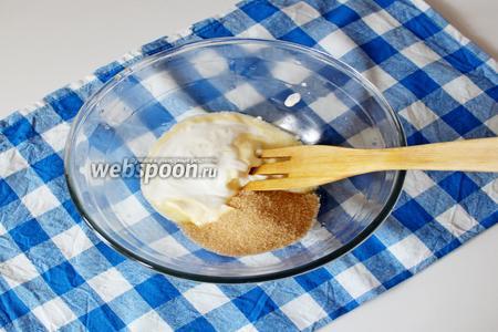 Растереть сливочное масло, сахар и сметану.