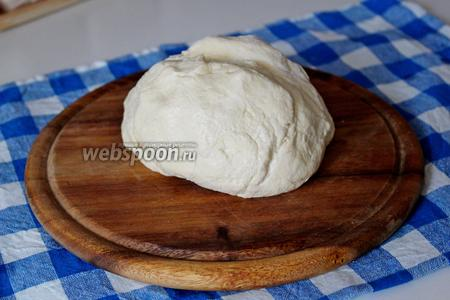 Замесить мягкое эластичное тесто. Завернуть в плёнку и убрать в холодильник на 30 минут.