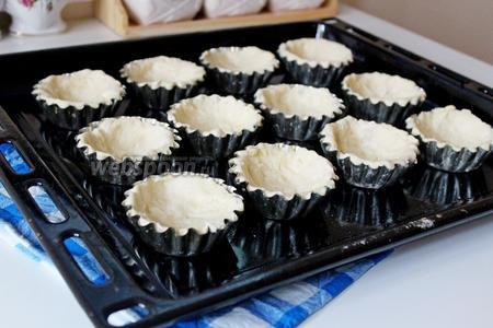 Выложить тесто в формочки по бортикам (формочки надо смазать растительным маслом). Выпекать при 190°С 20 минут.