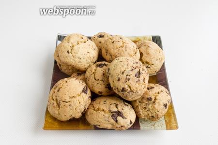 Когда печенье начнёт подрумяниваться и появится приятный аромат, выньте из духовки, снимите с противня и остудите.