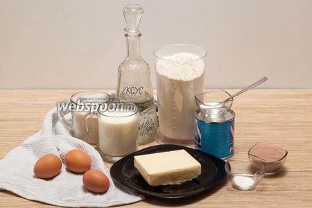 Ингредиентов совсем немного. Для теста нам понадобится 1 яйцо, 1 банка сгущёнки, 3 стакана муки, 1 ч. л. соды (погасить уксусом). Для крема нужно будет 2 яйца, 1 стакан сахара, 2 ст. л. муки без горки, 2 стакана молока, 20 г ванилина, 200 г сливочного масла и 2 ст. л. какао.