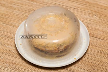 Затем торт нужно закрыть крышкой и поставить минимум на 2 часа в холодильник (а лучше на ночь), чтобы коржи пропитались кремом и торт стал мягким и нежным.