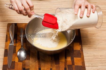 Теперь очередь муки. Только не добавляйте всю сразу — будет трудно мешать. И лучше замешивать силиконовой лопаткой, так как тесто должно получиться очень густым.