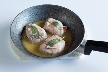 Когда вино свяжется с маслом в густой соус, в сковородку возвращаются эскалопы — чисто на 30 секунд,, подогреть перед сервировкой. Попробуйте соус — вот теперь его можно досолить, если есть нужда, и капельку поперчить свежемолотым перцем. Блюдо сервируется горячим.