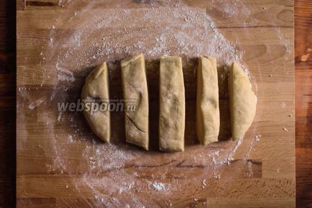 Разделите тесто на несколько частей.