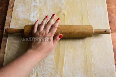 Раскатайте тесто скалкой, чтобы поплотнее соединить полосы и сделать тесто немного тоньше.
