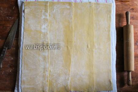 Теперь подложите под тесто белое кухонное полотенце. Оно обязательно должно быть белым, ну или уже хорошо постиранным, чтобы вы были полностью уверенны что во время варки ткань не полиняет.