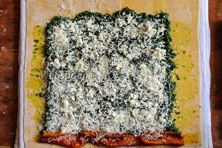 Присыпьте шпинат творогом и натрите сверху Пармезан. Щедро посолите и приправьте свежемолотым чёрным перцем.