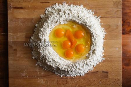 В центре сделайте углубление и разбейте в него яйца.