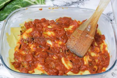 На тесто распределим томатный соус. Соус делим на то количество порций, сколько будет у вас слоёв лазаньи.